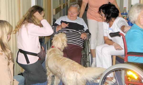 Hundebesuch im Seniorenheim