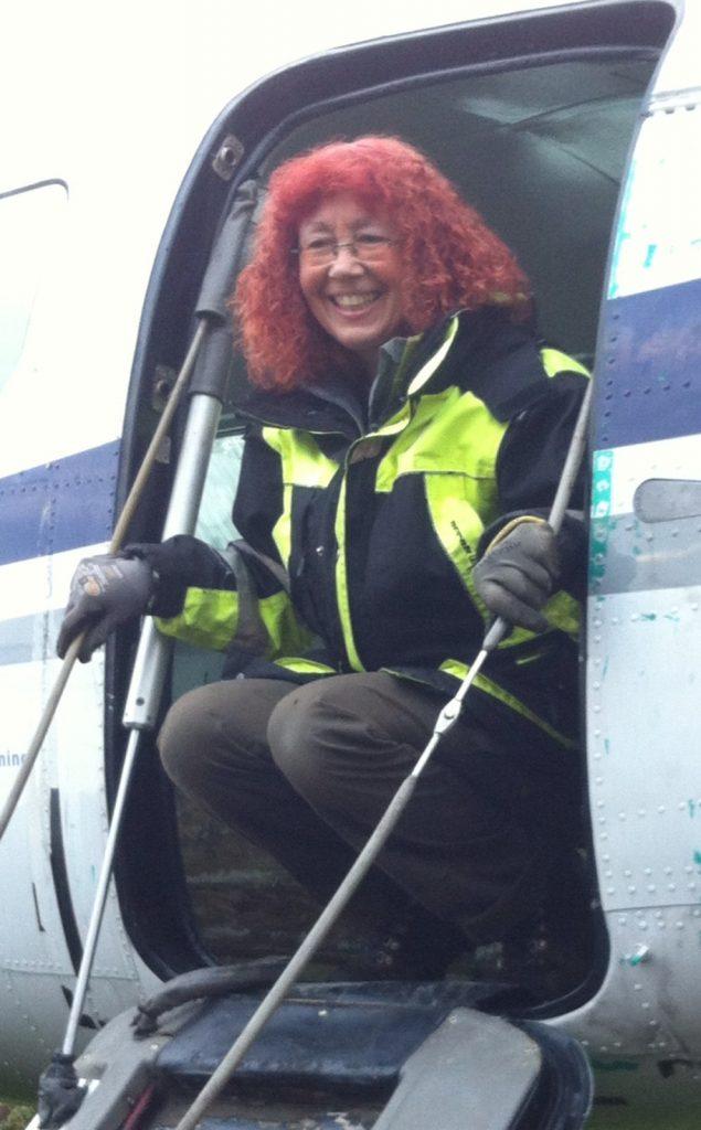 Frau schaut aus Flugzeugeinstieg
