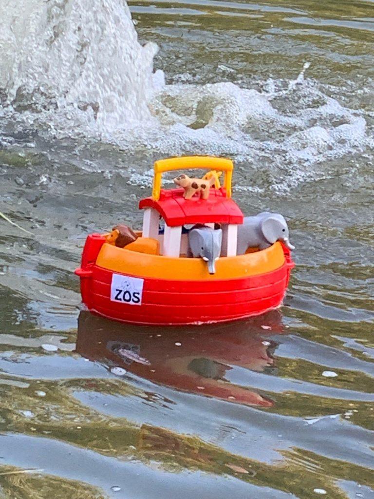 Playmobilarche im Wasser